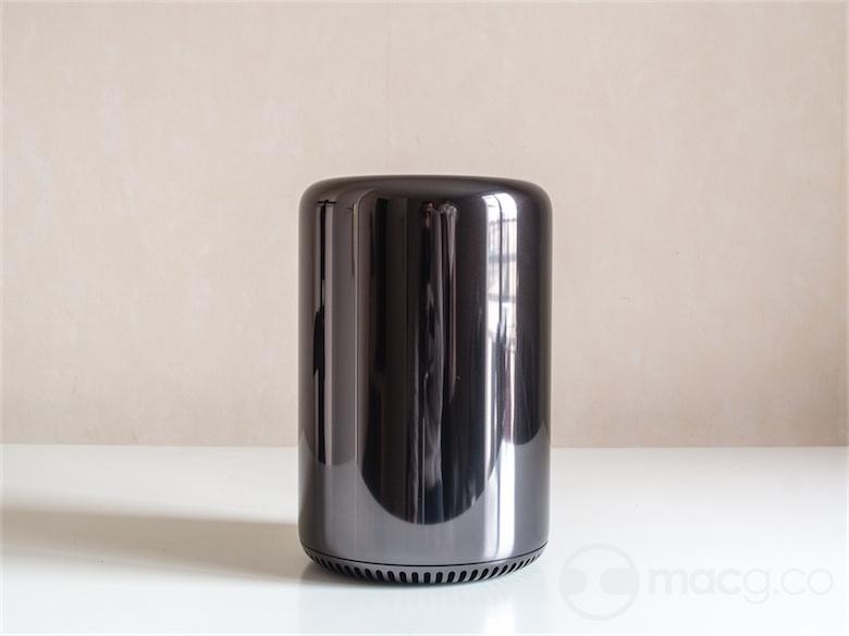 Les photos très travaillées du site d'Apple laissent croire que le Mac Pro est noir. L'aluminium de son capot est plutôt gris foncé, un aluminium finition miroir : avec ce papier rose, le Mac Pro prend une légère teinte violacée.