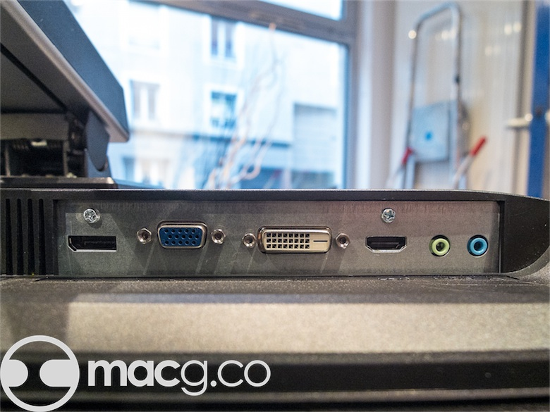 HDMI et VGA limitent la sortie à 1920 x1080 px : pour profiter de la définition native, il faut obligatoirement passer par le DVI ou le DisplayPort, ce qui n'est pas un problème sur Mac. Les enceintes2W font joli sur la fiche technique, mais elles ne sont ni très puissantes ni de très bonne qualité.