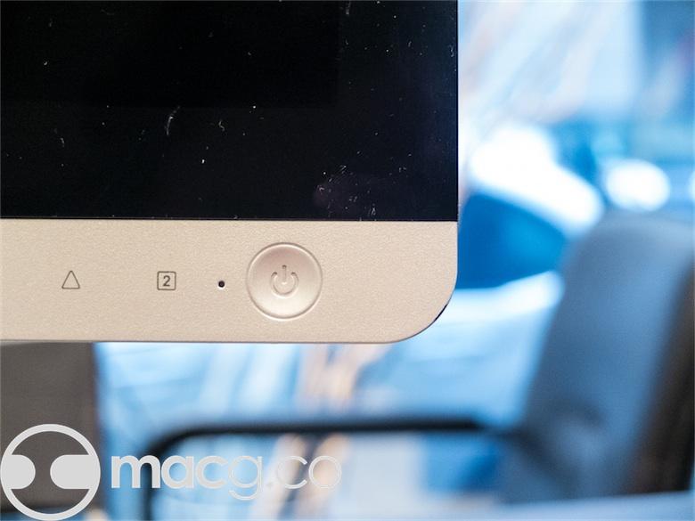 Ce bouton d'allumage…n'en est pas un : les touches sont capacitives. Ce n'est qu'un détail, mais il participe à l'impression assez « cheap »de l'ensemble. Notez les traces de doigts et la poussière sur la dalle, apparues en déplaçant l'écran. Autant dire qu'il va falloir garder un chiffon microfibre à portée de mains…